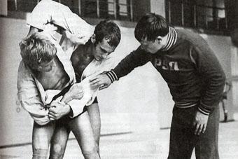 Борец и тренер Евгений Чичваркин ведет очередное занятие