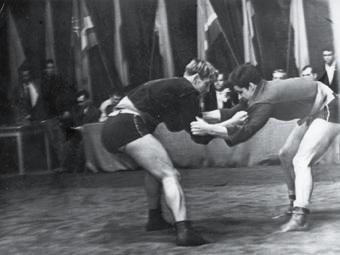Генрих Шульц (справа) проводит атакующие действия