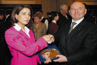 Руководитель оценочной комиссии марокканка Наваль эль Мутавакель благодарит за сувенир мэра Москвы Юрия Лужкова