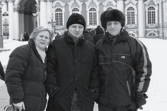 Февраль 2005 года. Слева направо: Сара Пэрис (жена Митчела), Андрей Сухоруков и Георгий Богданов