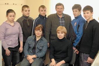 Наставник и подрастающее поколение торжокских самбистов