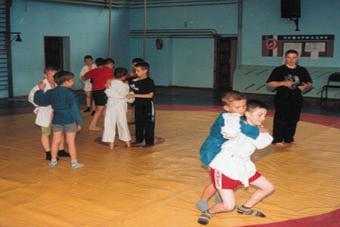 Тренер Дмитрий Яковенко отрабатывает с ребятами броски