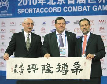 Д. Рудман, В. Шестков, А. Клямко. Надпись на плакате: «За самбо – будущее!»