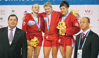 Победители в весовой категории до 64 кг. Слева направо: Олена Сайко (Украина, серебро),Екатерина Оноприенко (Россия, золото), Адриана Шерар (Румыния, бронза)